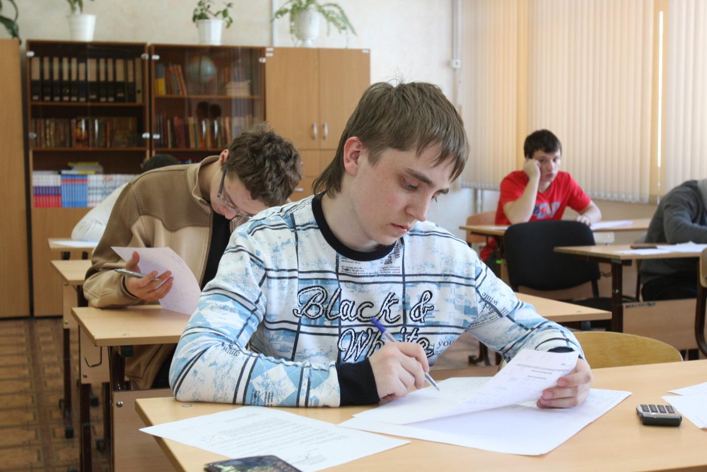 Выпускники школ приступают ксдаче ЕГЭ